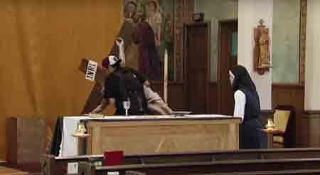 Cilvēki palīdzēja uzlikt krucifiksu un apstulba no redzētā