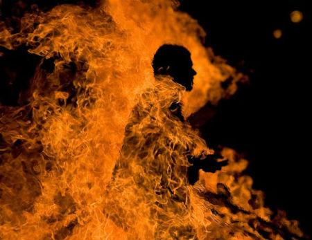 Dievs met mūs ugunī ik dienu šķistīdams mūs