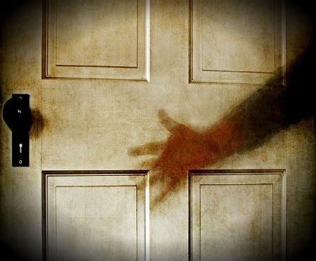 jaunais saimnieks atver durvis