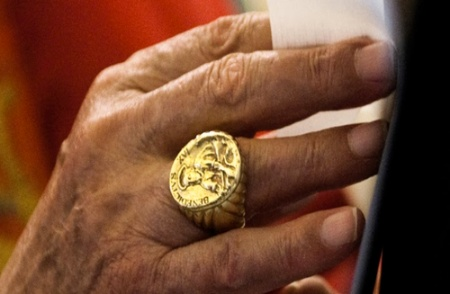 Pāvests neļauj bučot savu gredzenu