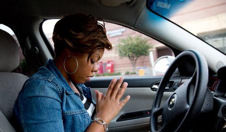 pie stūres lūgt Dievu neesot droši