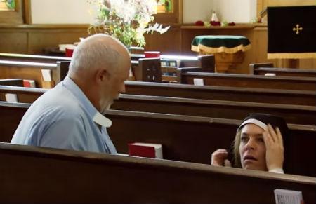 Pieķerts priesteris ar divām mūķenēm dievnamā