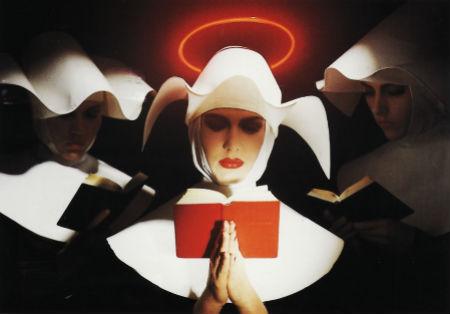 reliģiozie ietērpi mūķenes lasa Bībeli