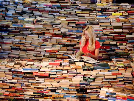 sieviete starp grāmatām