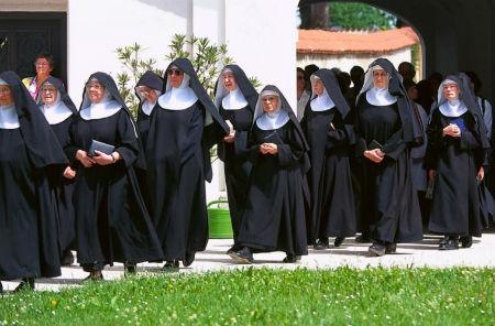 9 klostermāsas esot palikušas stāvoklī