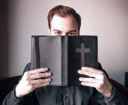 Ar Bībeli pret koronavīrusu