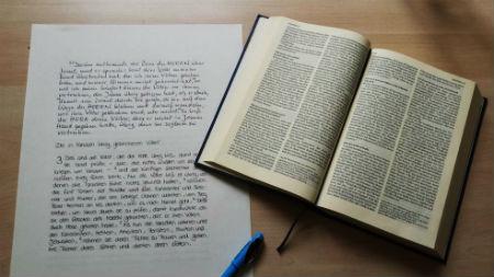 ar roku pārrakstītā Bībele