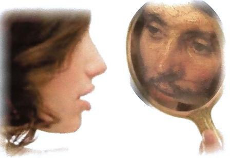 Dieva tēls sievietē skatās spogulī