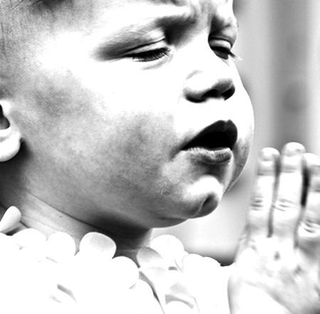 Divgadīgas meitenītes lūgšana, kas aizkustina daudzus