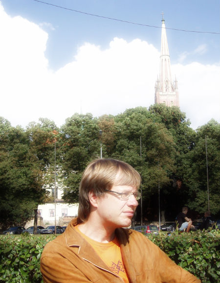 Einārs Cilinskis pie baznīcas