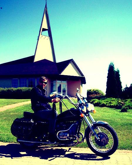 gviclo uz baznīcu dodas ar rumaku