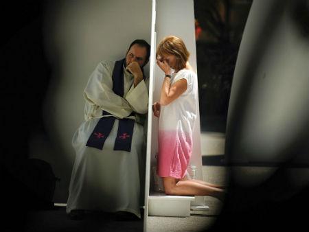 Kā skaista meitene sūdzeja grēkus garīdzniekam