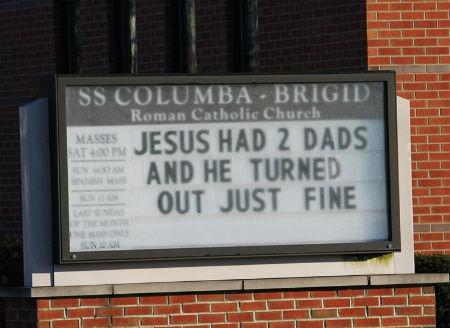 katoļu baznīca reklamē viendzimuma ģimenes