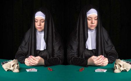 Katoļu mūķenes azartspēlēs notriec svešu naudu