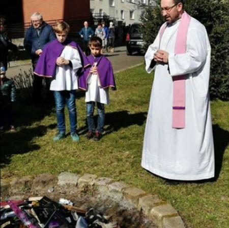 Katoļu priesteris dedzina zaimojošus priekšmetus
