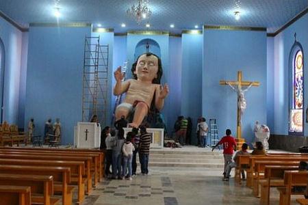 milzīgs Jēzus bērniņš katoļu dievnamā
