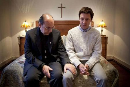 priesteris caur gultu izkārto bēgļu statusu