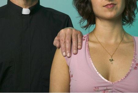 priesteris nodarbojas ar sutenerismu un organizē orģijas