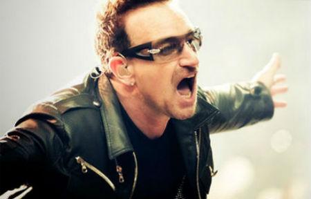 Rokgrupa U2 uzstāšanās laikā sāk slavēt Dievu