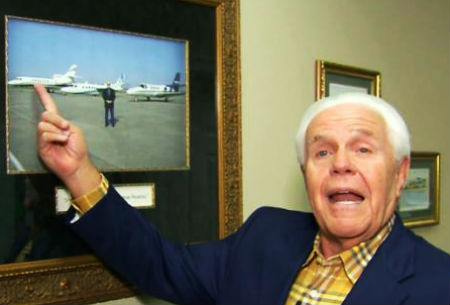 Sludinātājs aicina sekotājus ziedot lidmašīnas iegādei