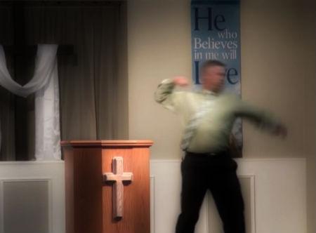 sludinātājs ar dūres sitienu pievērš ticībai