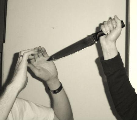 sludinātājs neiedomājamā veidā atvaira uzbrucēju ar nazi