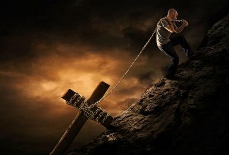 ticīgajiem liek nest krustu