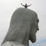Tomsons uz Pestītāja statujas galvas