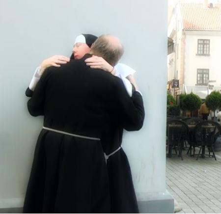 Vecrīgā mūks publiski maigojas ar mūķeni